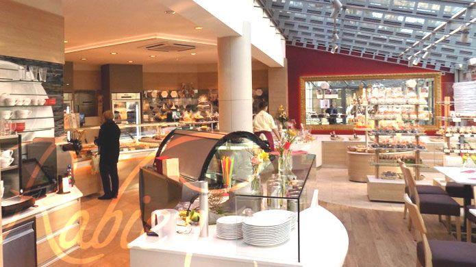 Kaffee trinken im neuen Café der Konditorei Rabien in Berlin